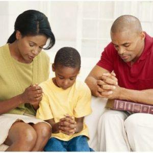 Rituel des couples heureux: Priez ensemble